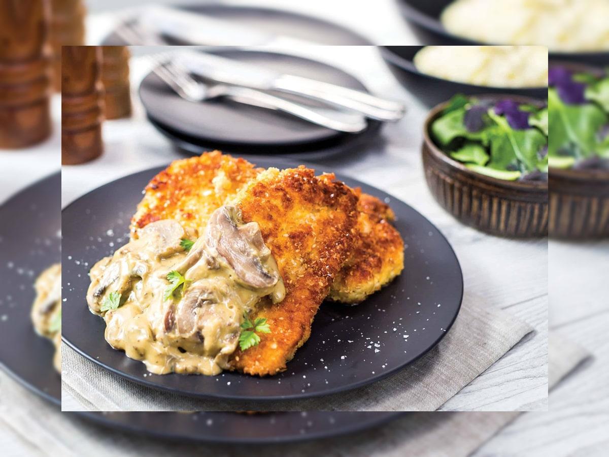 طرز تهیه شنیسل مرغ با سس قارچ